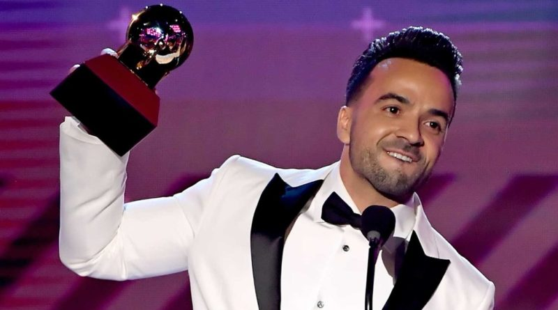 Luis Fonsi ergue o Grammy de Canção do Ano para 'Despacito' (Foto: Kevin Winter / Getty Images / AFP Photo)